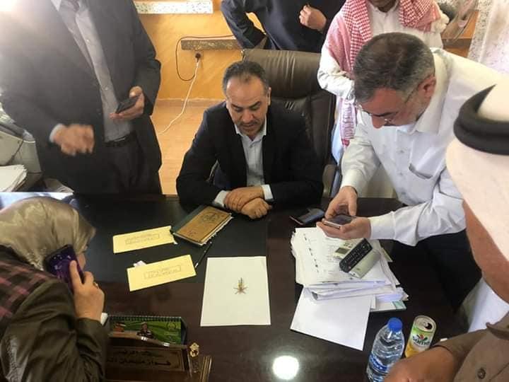 وزير الزراعة خلال ترأسه غرفة عمليات معان والإشراف على انطلاق حملة المكافحة للجراد الصحراوي