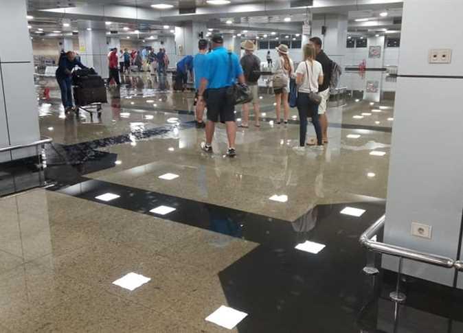 وزير الطيران المصري يقرر غلق صالة  بمطار القاهرة الدولي بسبب الأمطار